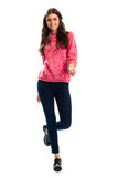 Vrouw in het roze sweatshirt glimlachen Stock Foto