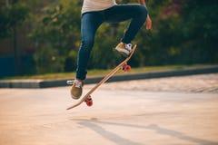 Vrouw het sakteboarding op parkeerterrein Royalty-vrije Stock Afbeelding
