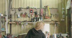 Vrouw het schilderen boomstomp in workshop stock video