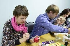 Vrouw het schilderen Kerstmisbal Royalty-vrije Stock Fotografie