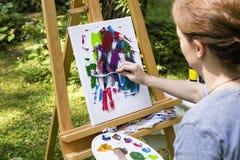 Vrouw het schilderen met paletmes Royalty-vrije Stock Afbeeldingen