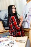 Vrouw het schilderen in plaidoverhemd Royalty-vrije Stock Fotografie