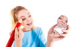 Vrouw het schilderen wenkbrauwen die regelmatig potlood gebruiken royalty-vrije stock foto's