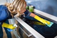 Vrouw het schoonmaken Stock Fotografie