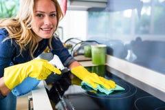 Vrouw het schoonmaken Royalty-vrije Stock Foto's