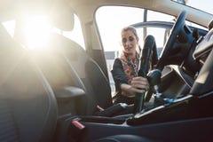 Vrouw het schoonmaken binnen van auto stock foto