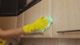 Vrouw het schoonmaken in de keuken stock video