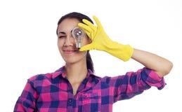 Vrouw in het schoonmaken van handschoenen met gloeilamp Stock Afbeeldingen