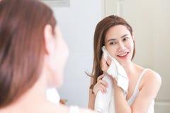 Vrouw het schoonmaken was op haar gezicht met schoon water in badkamers royalty-vrije stock foto