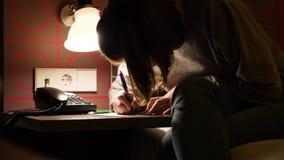 Vrouw het schrijven bericht in hotelruimte stock video