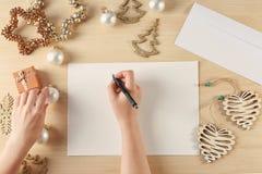 Vrouw het schrijven brief aan Santa Claus Royalty-vrije Stock Foto's