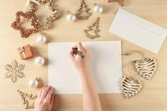 Vrouw het schrijven brief aan Santa Claus Stock Afbeelding