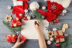 Vrouw het schrijven brief aan Santa Claus Royalty-vrije Stock Afbeelding