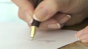 Vrouw het schrijven handtekening stock footage