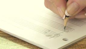 Vrouw het schrijven muzieknota's