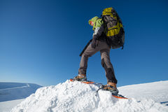 Vrouw het snowshoeing in de winter Karpatische bergen Stock Afbeelding