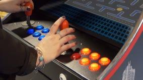Vrouw het spelen arcademachine stock video