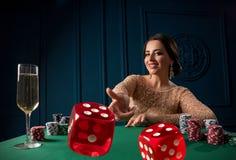 Vrouw het spelen in het casino royalty-vrije stock fotografie