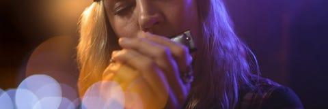 Vrouw het spelen harmonika met blauwe lichten royalty-vrije stock afbeeldingen