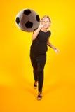 Vrouw het spelen met een voetbalbal Stock Afbeeldingen