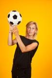 Vrouw het spelen met een voetbalbal Royalty-vrije Stock Afbeeldingen