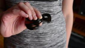 Vrouw het spelen met friemelt spinner stock footage