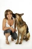 vrouw het spelen met haar puppy Royalty-vrije Stock Afbeeldingen