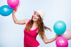 Vrouw het spelen met vele kleurrijke ballons stock afbeelding