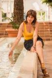 Vrouw het spelen met water in een fontein Stock Afbeeldingen