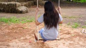 Vrouw het spelen op schommeling stock video