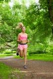 Vrouw het spelen sporten, die in het park lopen royalty-vrije stock foto's