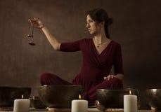 Vrouw het spelen tingsha (Tibetaanse klokken) Royalty-vrije Stock Foto