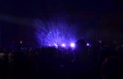 Vrouw het spelen zingende kom en het zingen, in purpere en blauwe verlichting Royalty-vrije Stock Afbeeldingen