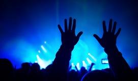 Vrouw het spelen zingende kom en het zingen, in purpere en blauwe verlichting Royalty-vrije Stock Fotografie