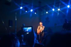 Vrouw het spelen zingende kom en het zingen, in purpere en blauwe verlichting Stock Afbeeldingen