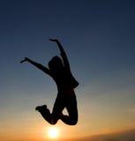 Vrouw het springen Stock Afbeeldingen