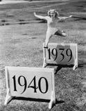 Vrouw het springen hindernissen met jaren worden geëtiketteerd (Alle afgeschilderde personen leven niet langer en geen landgoed d Stock Afbeeldingen