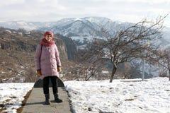 Vrouw het stellen in bergen Armenië stock foto's