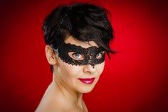Vrouw het stellen in een zwart masker stock afbeeldingen