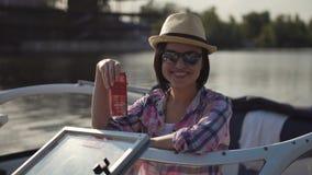 Vrouw het stellen op boot stock footage