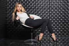 Vrouw het stellen op een stoel stock foto's