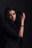 vrouw het stellen op een zwarte achtergrond Stock Fotografie