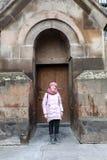Vrouw het stellen op Etchmiadzin-Kathedraalachtergrond stock foto