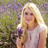 Vrouw het stellen op lavendelgebied Stock Afbeelding