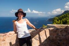 Vrouw het stellen op vooruitzicht door Torre des Verger, Mallorca stock afbeelding