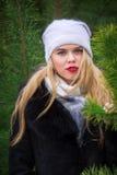 Vrouw het stellen in pijnbomen Royalty-vrije Stock Foto's