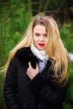 Vrouw het stellen in pijnbomen Royalty-vrije Stock Afbeeldingen