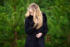 Vrouw het stellen in pijnbomen Royalty-vrije Stock Fotografie
