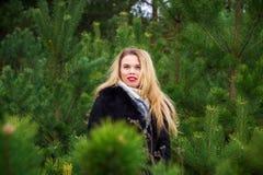 Vrouw het stellen in pijnbomen Stock Foto's