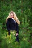 Vrouw het stellen in pijnbomen Stock Fotografie